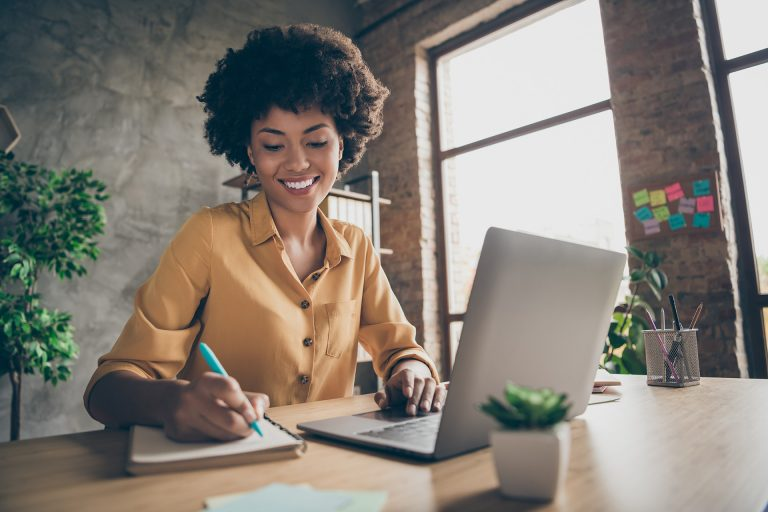 woman running online coaching business online